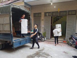 Hỗ trợ sắp xếp đồ đạc lên xe để vận chuyển
