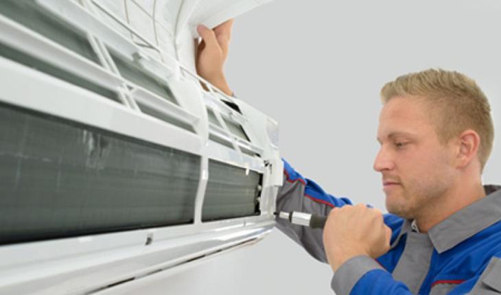 Nhân viên đang xem xét trước khi tháo dời máy lạnh